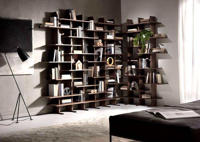Современная спальня только выиграет от креативных моделей книжных стеллажей