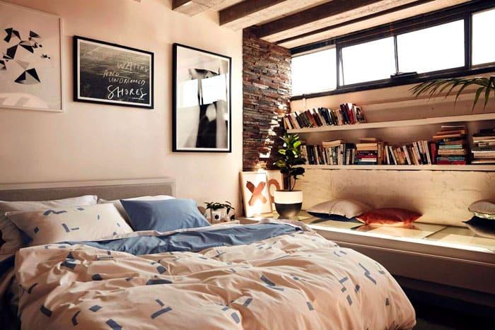 Отдельные полки с книгами добавляют в интерьер спальни необходимую долю уравновешенности и стабильности