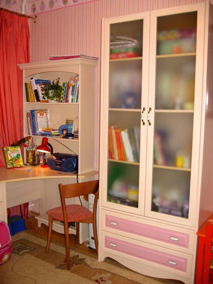 В детских располагают полки открытого и закрытого типа