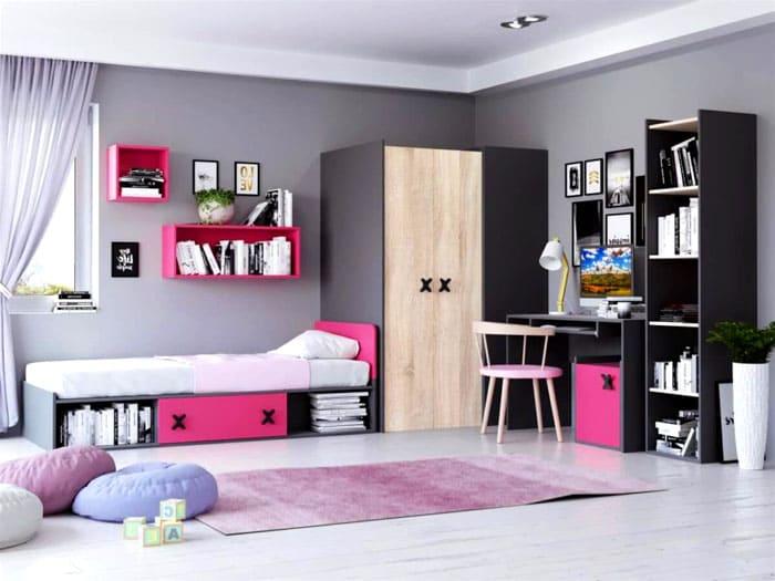Книги располагают не только в отдельно стоящем шкафу. Над кроватью стоят самые любимые издания и те, которые ожидают скорого прочтения