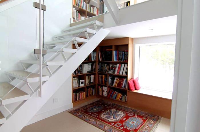 Место под лестницей и вокруг неё буквально просит обратить на себя внимание: это же шикарное место для расположения любого количества книг, не ломая голову над тем, как вписать шкаф в стиль комнаты