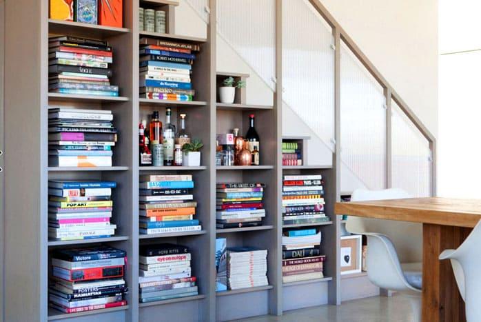 Иногда выражение «книги под лестницей» означают, что они в буквальном смысле находятся под ней