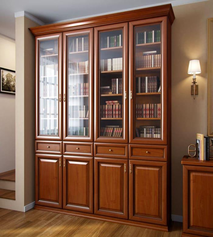 Распашные дверцы берегут книги от пыли, а через стекло можно любоваться библиотекой