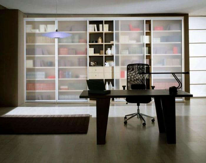 Встроенный книжный шкаф со стеклом крепится к стенам через боковые или задние панели. Для надёжности, конструкцию также прикрепляют к потолку или полу