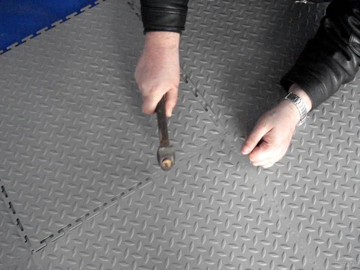 Процесс укладки плитки с замком