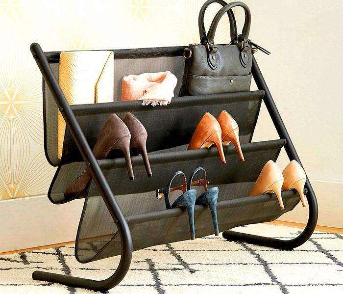 Полка-кармашек, как на фото, не только удобна для туфелек, но и для клатчей