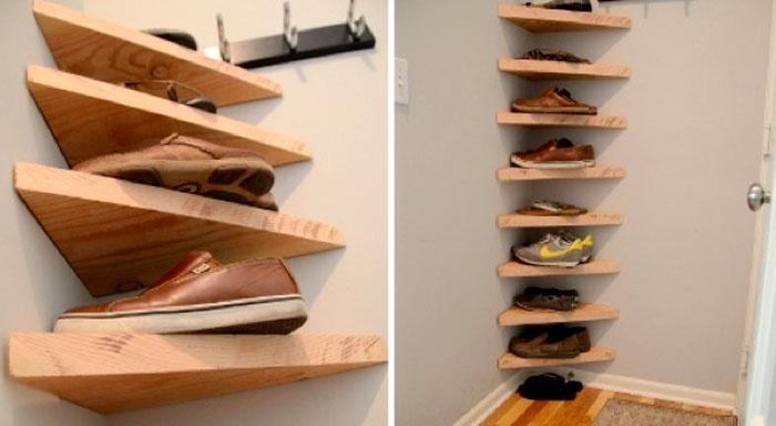 Простые деревянные треугольники разной формы интересно обыгрывают угол в квартире