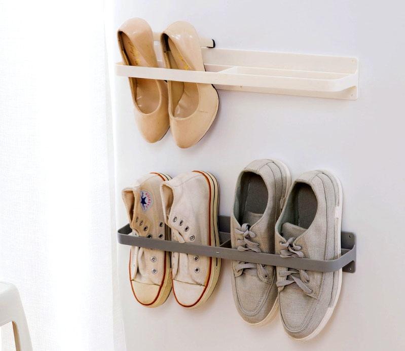 Смысл настенных полок в том, что пространство они практически не занимают, а любопытные дети и домашние питомцы не смогут испортить любимые туфли и ботинки