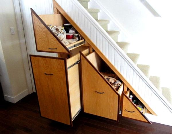 Под лестницами всегда есть море свободного пространства, почему бы не использовать его по максимуму, спрятав туда всю обувь?