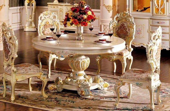 Форма столов круглая или овальная, редко прямоугольная