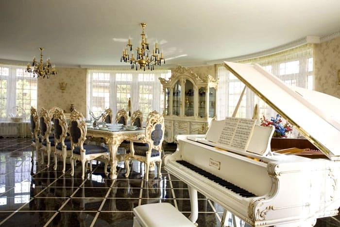 Любителям музицировать понравится размещение богато инкрустированного рояля в гостиной. Облик инструмента не должен быть излишне современным