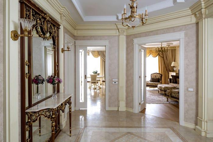 В центре прихожей располагают зеркало, украшенное под старину с такой же королевской консолью