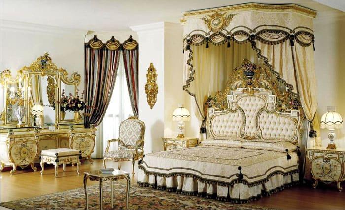 Полог над кроватью делает честь барочной спальне. Вся мебель должна гармонизировать друг с другом. Если в комнате маленькое окно, его драпируют с одной стороны вертикальными складками