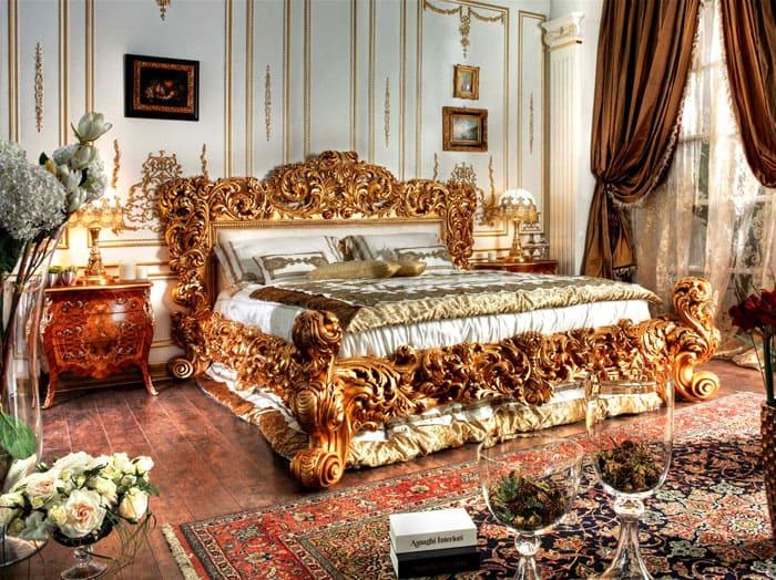 Основной компонент спальни — богато украшенная резными позолоченными элементами кровать. Вокруг уже можно располагать малозначительные предметы и аксессуары