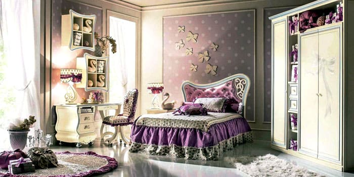 Детские комнаты оформляются не менее вычурно и богато. В такой роскоши могут расти не только принцы и принцессы, но следует соотносить ценность интерьера и возможность его порчи детьми