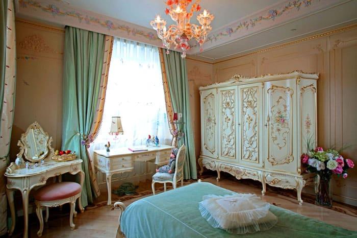 Детская спальня не должна визуально утяжеляться, поэтому все декоративные элементы должны выглядеть легче и изящнее. На кровати можно уложить несколько маленьких подушек, в углу найдёт место ваза с живыми цветами