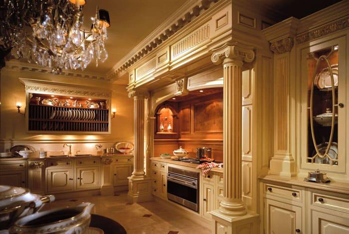Кухонное царство можно отлично украсить колоннами, барельефами и лепниной, сместив акценты на декоративную составляющую