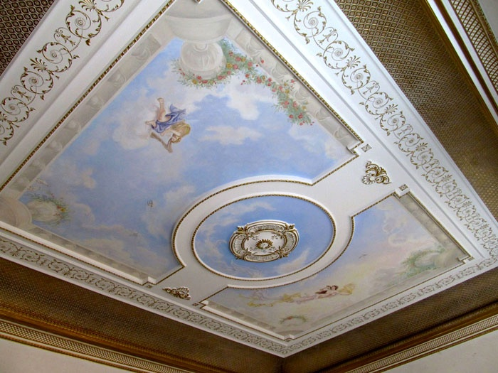 Потолок визуально продолжает композицию от пола и стен, современные реалии предлагают выбрать натяжные потолки с имитацией фресок