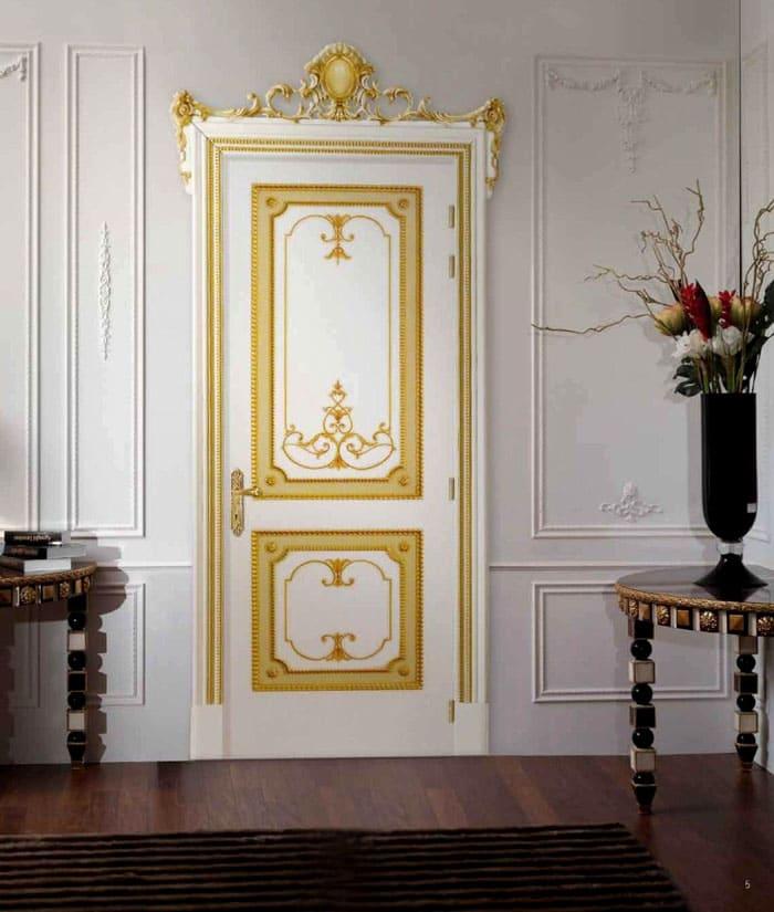 Дверной проём не исключение: вход в любую комнату обозначен натуральной древесиной с обязательным наличием декоративных элементов