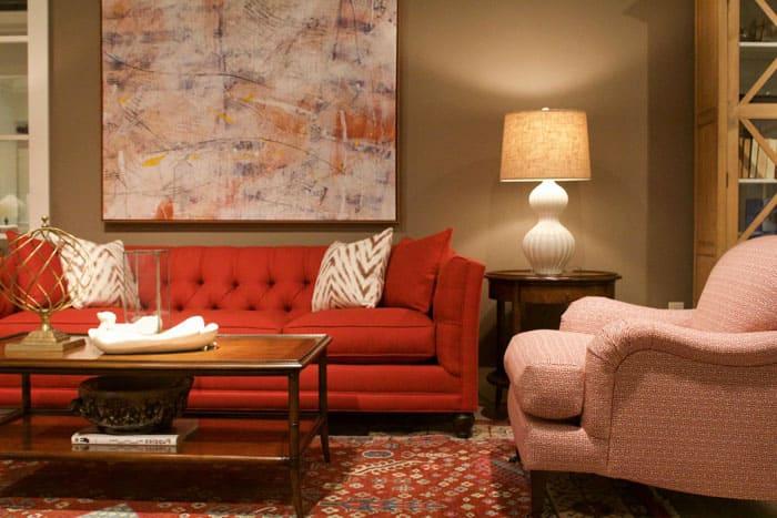Лесной орех и оттенки карамели выглядят как само спокойствие, это отличная палитра для гостиной, наполненной яркой мебелью