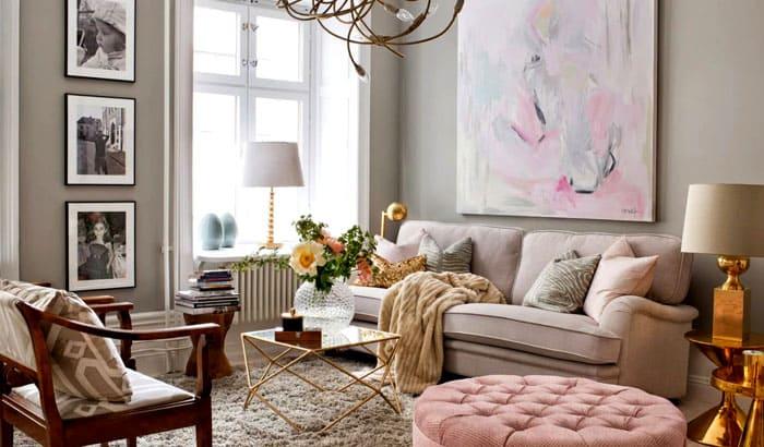 Авангардная живопись, чёрно-белые фотографии, зелень, велюр и металл, сплелись в уютный облик гостиной