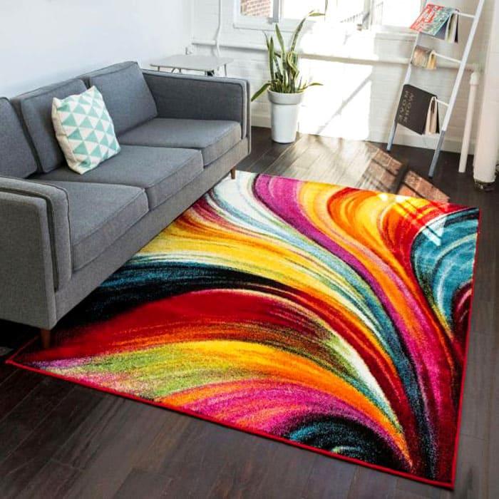 Яркий акцент должен быть обязательно: если фон и мебель нейтральных тонов, то ковёр и другой текстиль в комнате могут стать тем самым сочным местом в гостиной