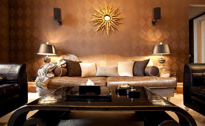 Настенная текстурная геометрия и плавные скруглённые линии мебели немного ломают реальность, делая помещение причудливо элегантным