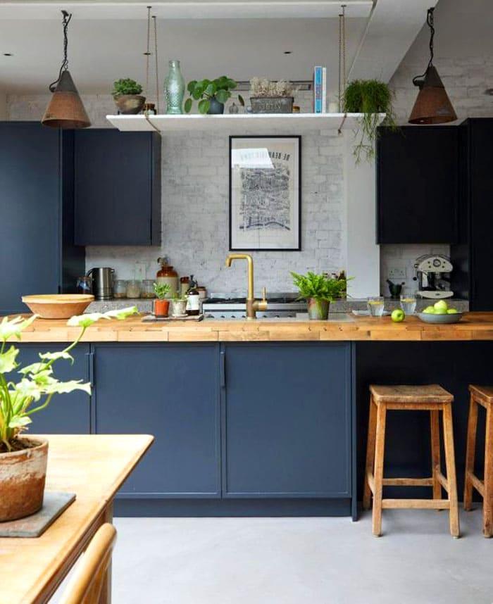 Всего три основных цвета, которые щедро сдобрены зелеными растениями, делают кухню глубокой и уютной
