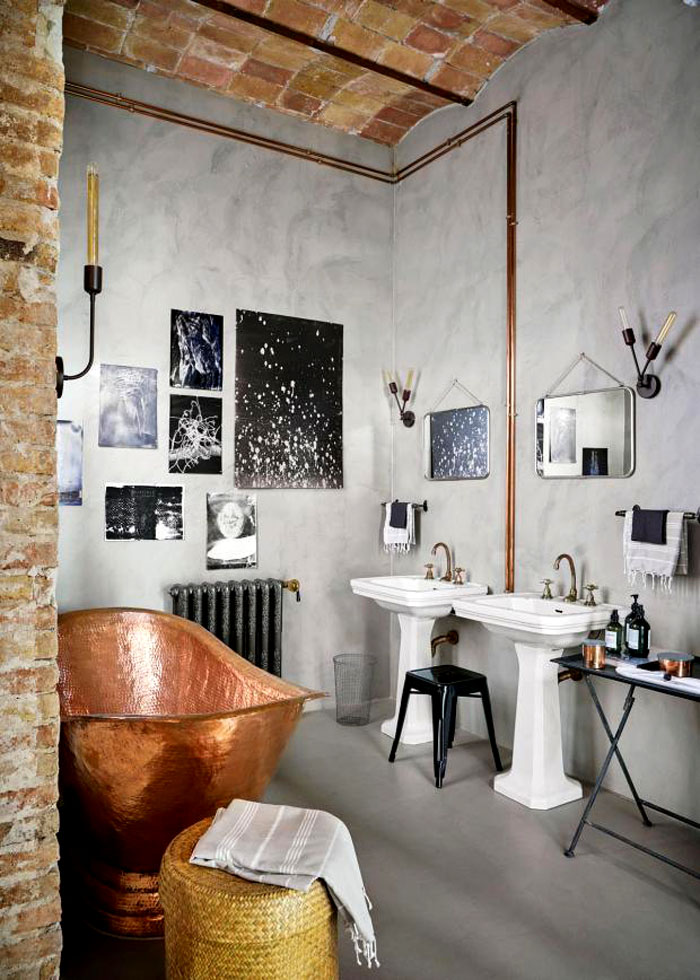 Смелое решение использовать бетон, металл и кирпич: потолок притягивает к себе внимание в противовес простому полу