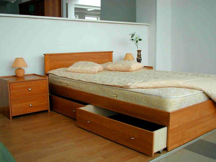 Ещё минусом можно посчитать невозможность поставить вплотную к кровати тумбочку, если ящик находится на боковой стороне