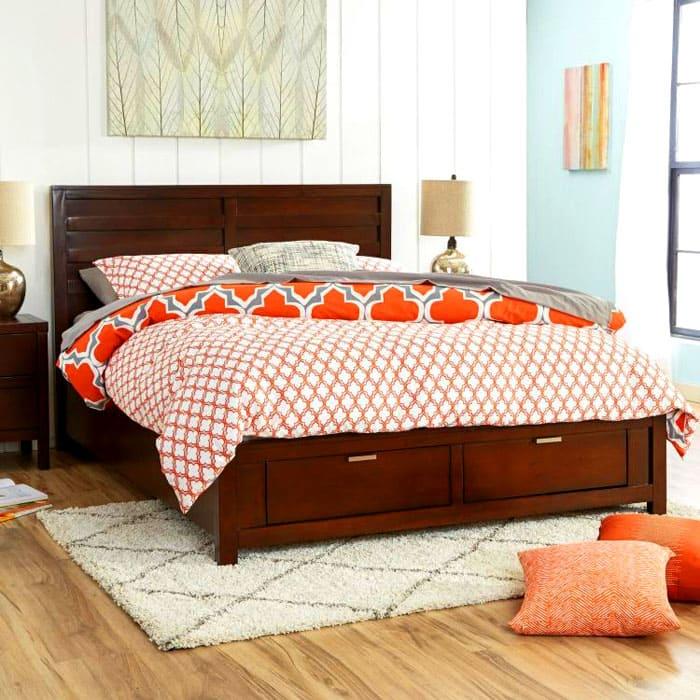 В светлых спальнях гармонично будет смотреться деревянная кровать, причём, необязательно, чтобы её цвет был высветленным