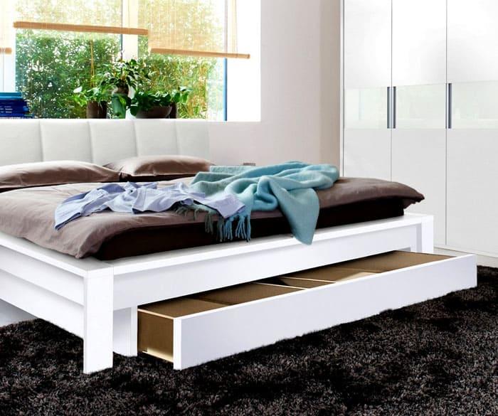 Для скандинавского стиля можно выбрать белоснежную или кремовую мебель с одним большим отсеком для хранения