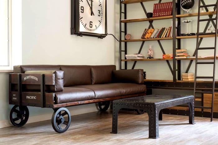 Массивные колёса окунают комнату в атмосферу 40-х годов прошлого века, в его фабричный индустриальный дух