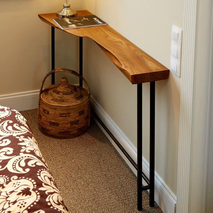 Консоль используется как модификация столика и может иметь непривычную форму столешницы