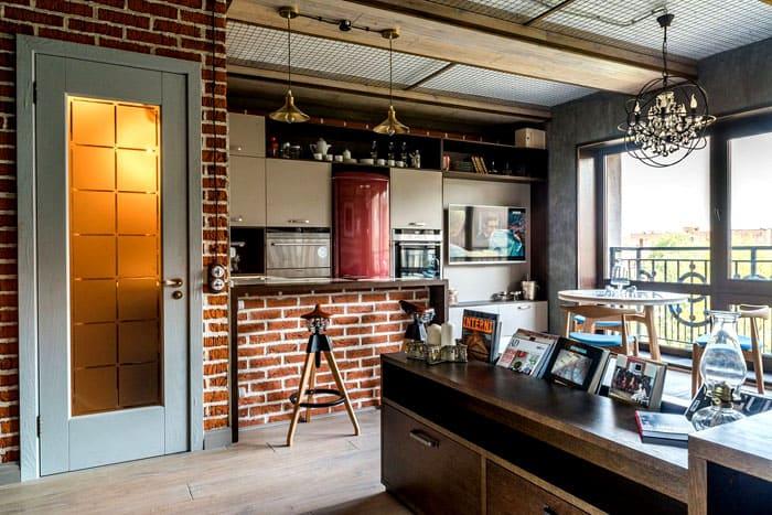 В маленький кухонный край удалось без проблем не только вписать необходимую технику и аксессуары, но и найти местечко для телевизора