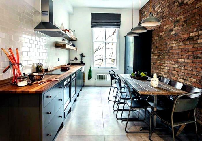 Можно организовать лофтовую кухню и в небольшом, отдельно взятом, помещении квартиры. Для визуального расширения пространства одну стену делают светлой