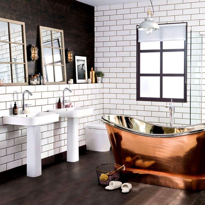 Всё внимание приковывает к себе удивительно старомодная и роскошная ванна