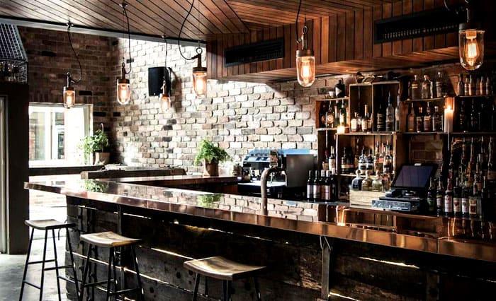 Мрачная барная атмосфера слегка рассеивается, благодаря оригинальному решению для подсветки