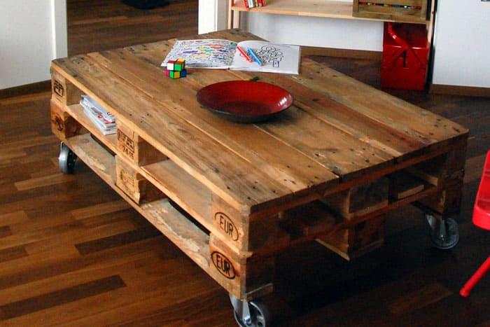Паллеты и колёса превращаются в стильный журнальный столик. Вот настоящее фабричное настроение!