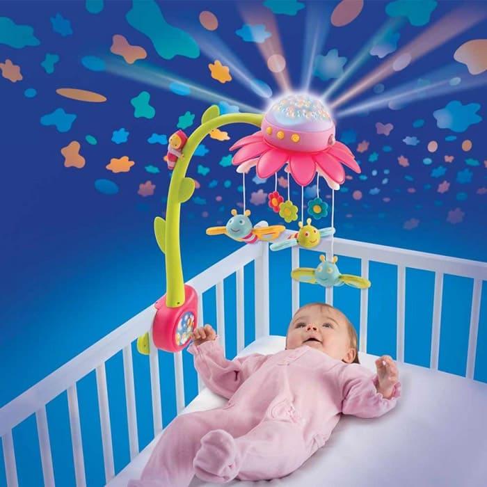 Чтобы малышу было удобно, мобиль вешают именно над грудью, тогда кроха может ручками пробовать дотянуться до игрушек