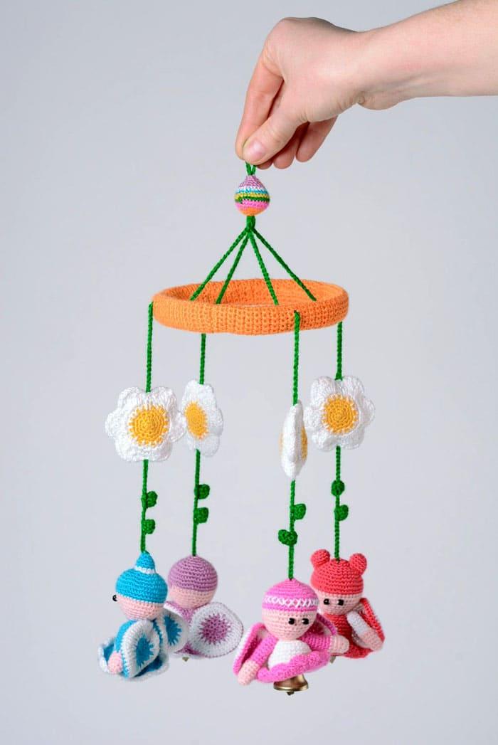 Если остался каркас и держатель от старого мобиля, на него можно повесить новый набор игрушек
