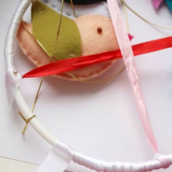 Даже каркас, на котором будут висеть игрушки, можно сделать красивым, просто обвязав его крючком