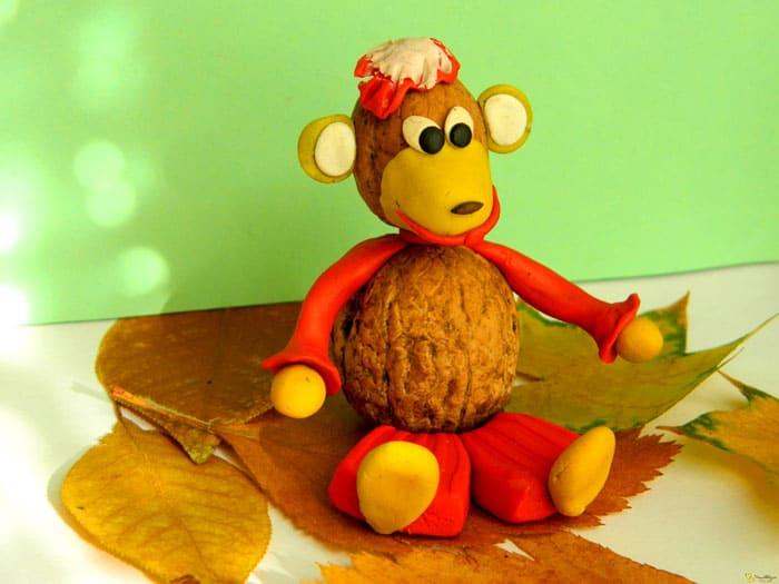 Каштаны и орехи часто служат в качестве туловища животного. Пластилин легко присоединяется к природному материалу, добавляя поделке цвет и фактуру
