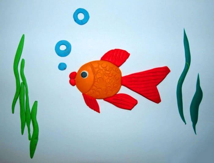 Простой вариант аппликации под силу детям младшего школьного возраста. На тело рыбки наносят узоры различными подручными материалами и приспособлениями