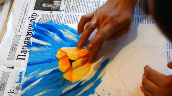 Процесс пластилинового рисования прост, но пальцам нужно привыкнуть к постоянному нажиму