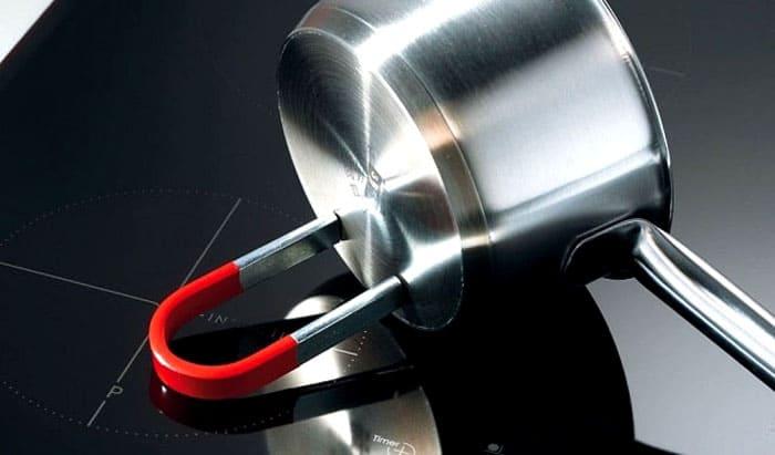 Ко дну большинства пригодных для использования на индукционной плите изделий магнит прилипает