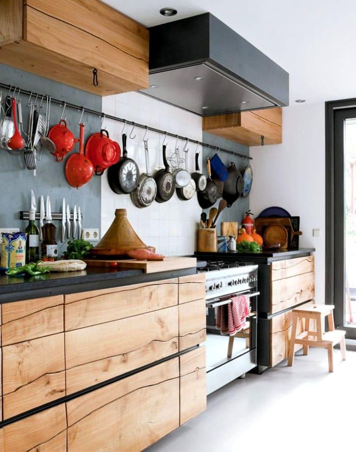 Один-два длинных рейлинга, не перегруженных кухонными бытовыми предметами, не повредят стилю хай-тек