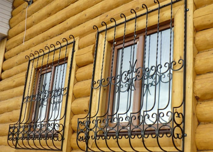 Основная задача решёток на окнах – охранно-декоративная