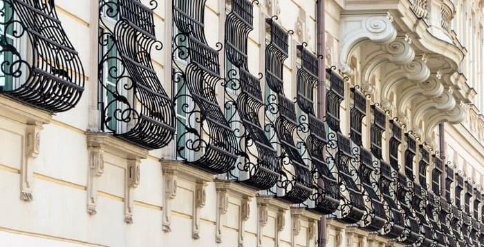 Дутые решётки соответствуют архитектуре здания