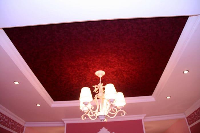 Внешне такие потолки напоминают покрытие дорогойштукатуркой, а качество на высшем уровне